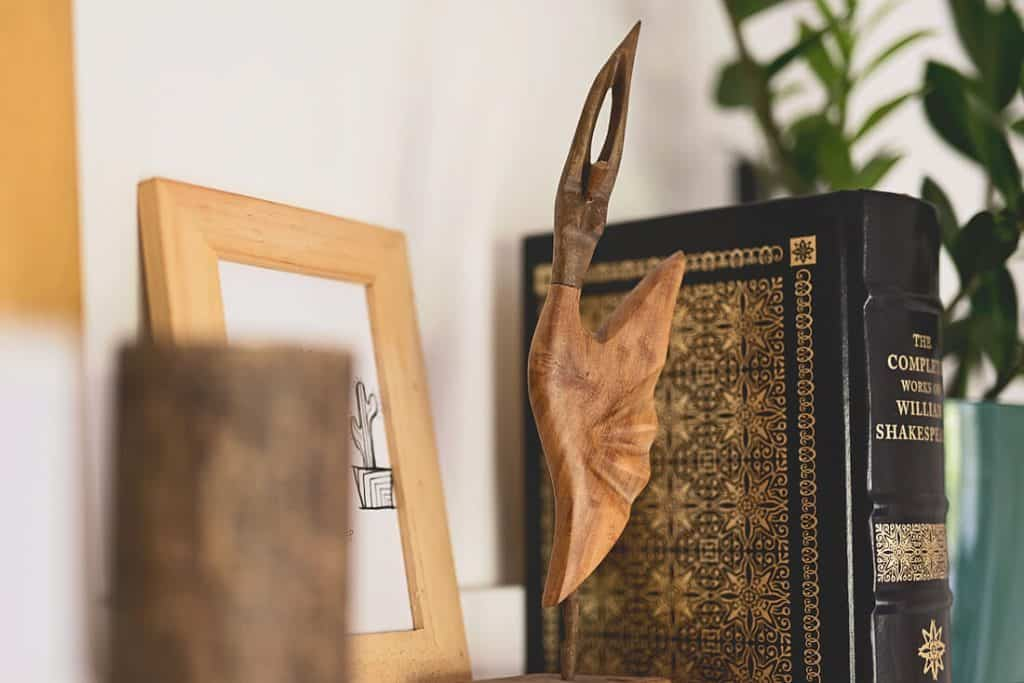 HOW TO DECORATE A SHELF WITH A PERSONAL OBJECT